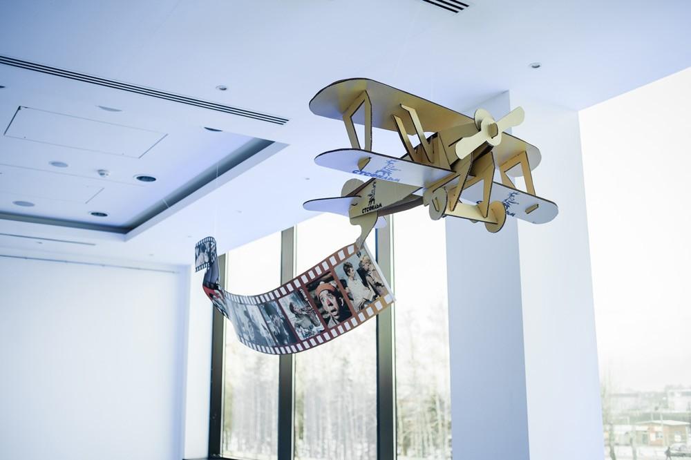 Декор потолка - самолет с кинолентой
