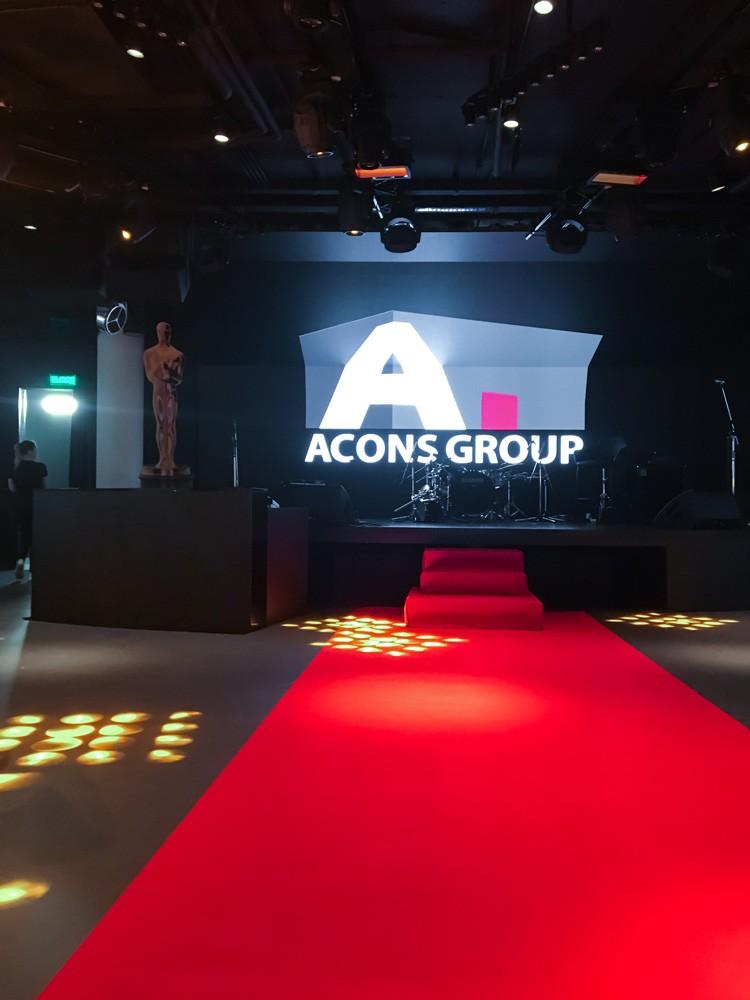 Красная дорожка к сцене
